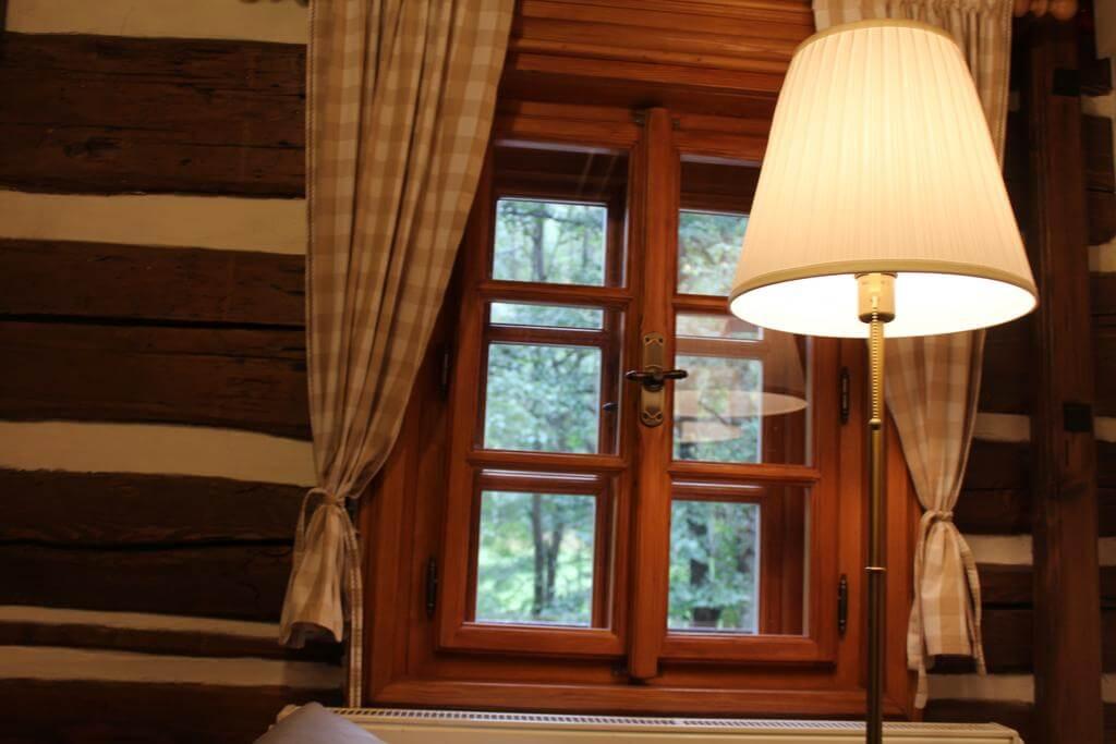 Chalupa U Jezu lampa a okno